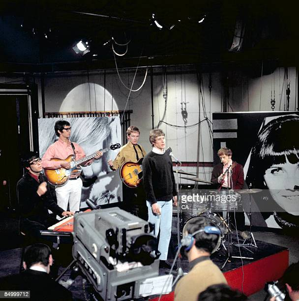 GO Photo of Mike VICKERS and MANFRED MANN and Paul JONES and Manfred MANN and Mike HUGG and Tom McGUINNESS Group performing on Ready Steady Go TV...