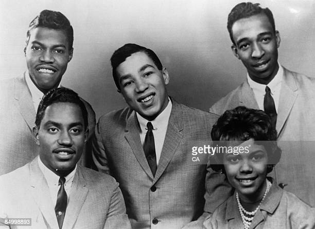 Photo of MIRACLES and Pete MOORE and Bobby ROGERS and Ronald WHITE and Claudette ROBINSON and Smokey ROBINSON Posed studio group portrait LR Pete...