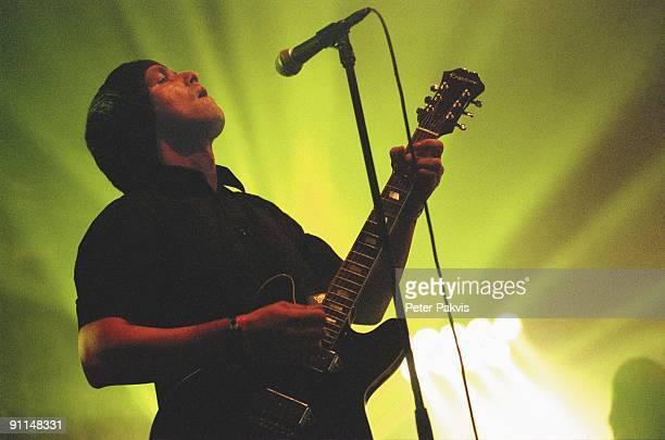 FESTIVAL Photo of MOKE Moke Lowlands Biddinghuizen Nederland 18 augustus 2007 Pop britpop de Ierse zanger componist en gitarist Felix Maginn heft...