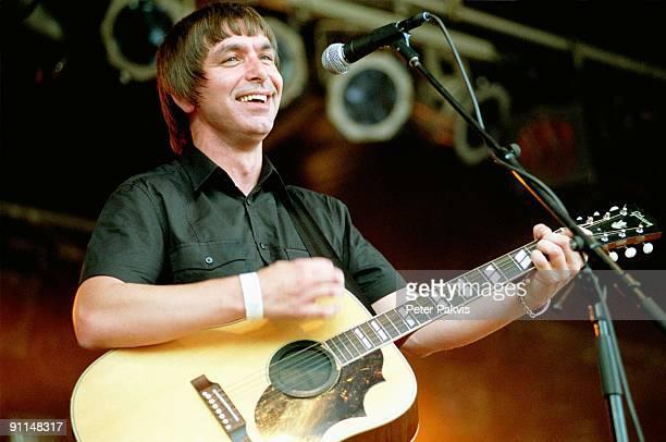 Photo of MOKE Moke Waterpop Wateringen Nederland 11 augustus 2007 Pop britpop de Ierse zanger gitarist en componist Felix Maginn stemt tijdens het...