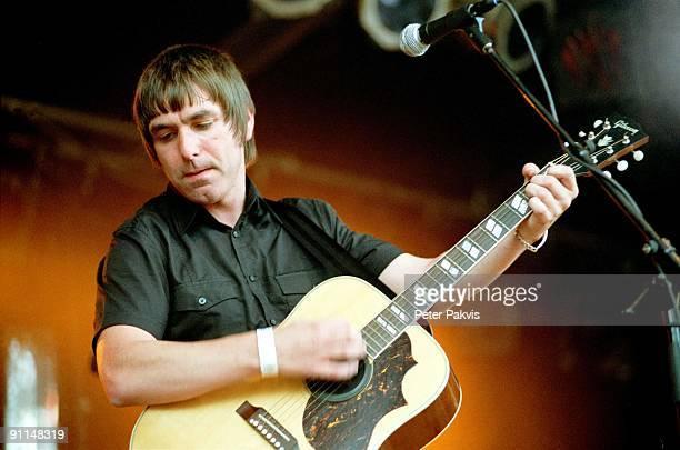 Photo of MOKE Moke Waterpop Wateringen Nederland 11 augustus 2007 Pop britpop de Ierse zanger gitarist en componist Felix Maginn soleert tijdens het...