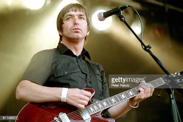 Photo of MOKE Moke Waterpop Wateringen Nederland 11 augustus 2007 Pop britpop de Ierse zanger gitarist en componist Felix Maginn speelt op zijn...
