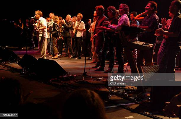 APOLLO Photo of MUD and Les GRAY TRIBUTE SHOW FINALE Event Hammersmith Apollo 25th August 2004