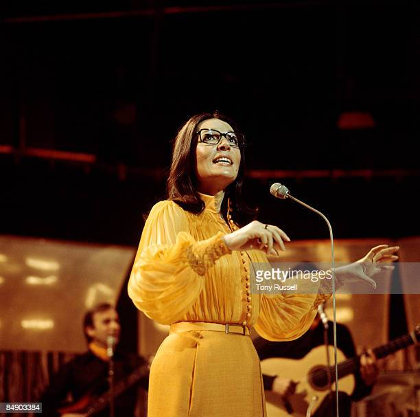 Photo of Nana MOUSKOURI; Nana Mouskouri performing on stage
