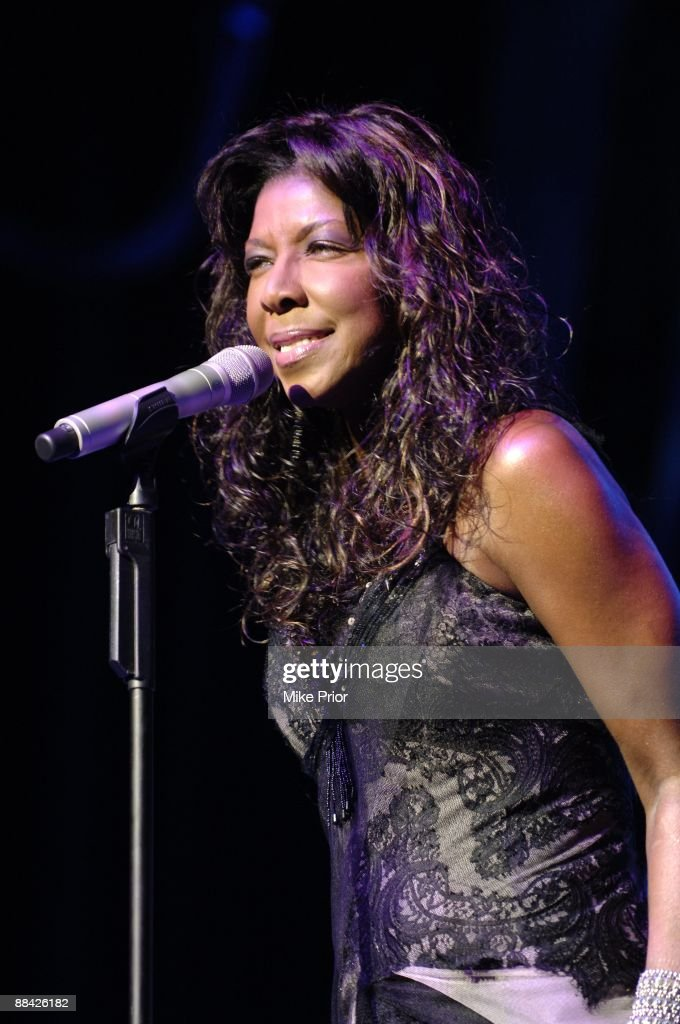 CLUB Photo of Natalie COLE, Performing live on stage