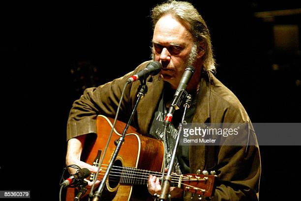 Photo of Neil YOUNG Neil Young live in concert Philharmonie Muenchen solo und acoustic unplugged Akustikkonzert Querformat