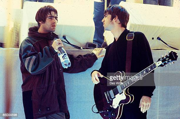 ROOM Photo of Noel GALLAGHER and Liam GALLAGHER and OASIS Liam Gallagher and Noel Gallagher talking on the set of UK TV show