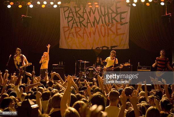 CHICAGO Photo of PARAMORE and Hayley WILLIAMS and Jeremy DAVIS and Taylor YORK and Josh FARRO and Zac FARRO Group performing on stage LR Josh Farro...