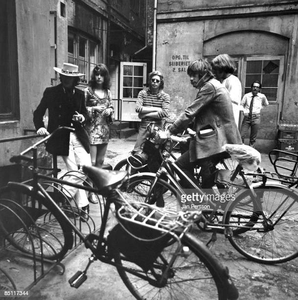 MONTMARTRE Photo of Paul KANTNER and Spencer DRYDEN and Grace SLICK and Marty BALIN and JEFFERSON AIRPLANE and Jack CASADY LR Marty Balin Grace Slick...