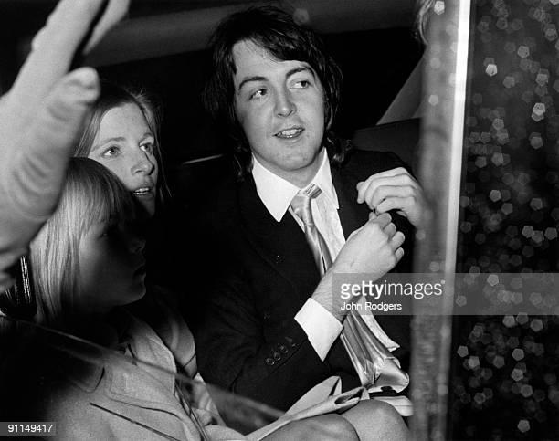 Photo of Paul McCARTNEY and Linda McCARTNEY and BEATLES Paul McCartney leaves Marylebone registry office with new wife Linda