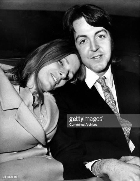 Photo of Paul McCARTNEY and Linda McCARTNEY posed with Linda McCartney on wedding day