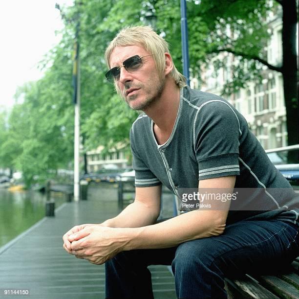 Photo of Paul WELLER Paul Weller Nederland Leidse Brug A'dam 25 juli 2005 Pop punk mod soul gitaar zanger gitarist en componist Paul Weller zit op...