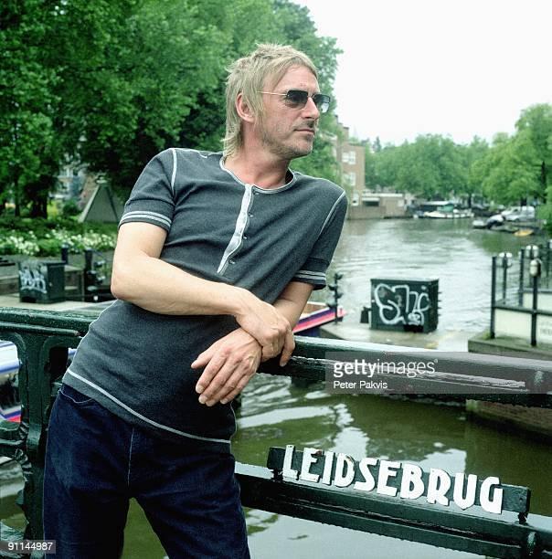 Photo of Paul WELLER Paul Weller Nederland Leidse Brug A'dam 25 juli 2005 Pop punk mod soul gitaar zanger gitarist en componist Paul Weller kijkt op...
