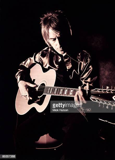 Photo of Paul WELLER Posed portrait of Paul Weller with acoustic guitar 408