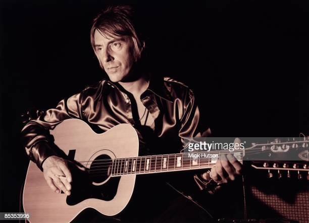 Photo of Paul WELLER Posed portrait of Paul Weller with acoustic guitar