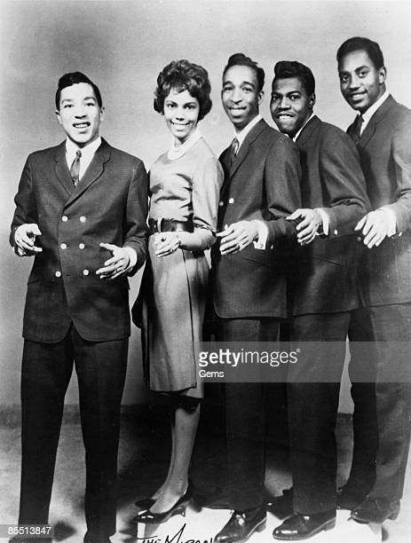 Photo of Pete MOORE and Ronald WHITE and MIRACLES and Smokey ROBINSON and Claudette ROBINSON and Bobby ROGERS; and The Miracles - L-R: Smokey...