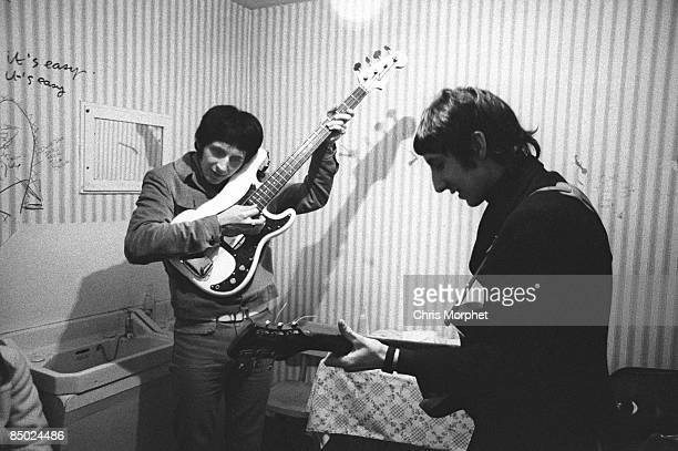 PALAIS Photo of Pete TOWNSHEND and John ENTWISTLE and The Who John Entwistle Pete Townshend rehearsing backstage gig performed without Roger