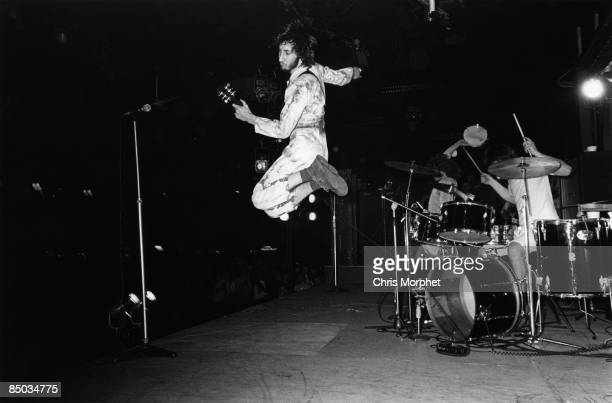 PALAIS Photo of Pete TOWNSHEND and The Who Pete Townshend performing live onstage jumping