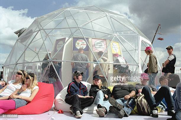 Photo of PP1022_FESTIVALS Pinkpop Landgraaf Nederland 05 juni 2006 Pop sfeer festivalgangers liggen rondom een futuristisch uitziend internetcafe in...