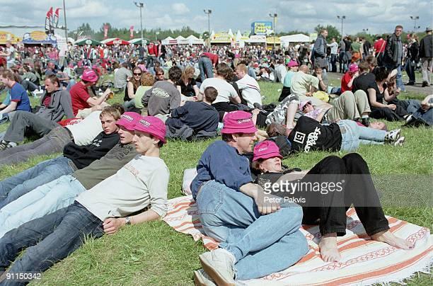 Photo of PP1025_FESTIVALS Pinkpop Landgraaf Nederland 05 juni 2006 Pop sfeer jonge festivalgangers en oudere jongen liggen op het festivalterrein in...