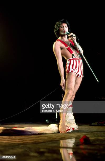 GARDEN Photo of QUEEN and Freddie MERCURY Freddie Mercury performing on stage full length