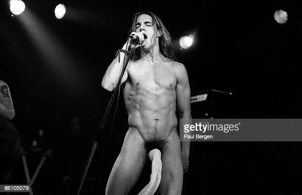 Photo of RED HOT CHILI PEPPERS 1821988 EindhovenEffenaar The Red Hot Chili Peppers Zanger Anthony Kiedis tijdens de 'sokkenact'