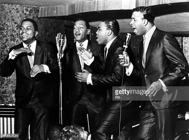 Photo of Renaldo BENSON and Abdul FAKIR and FOUR TOPS and Lawrence PAYTON and Levi STUBBS group portrait LR Renaldo 'Obie' Benson Abdul 'Duke' Fakir...