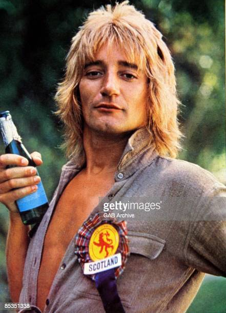 Photo of Rod STEWART Portrait with beer and Scotland rosette