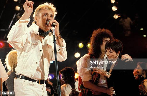 STADIUM Photo of Roger TAYLOR and Brian MAY and Liza MINELLI and QUEEN LR Roger Taylor Brian May and Liza Minelli performing on stage at the Freddie...