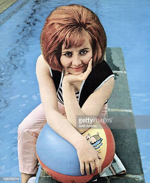 Photo of Scottish singer Lulu posed by a swimming pool