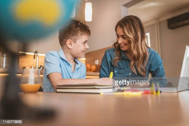 foto del logopeda enseñando un idioma a un niño autista - autismo fotografías e imágenes de stock