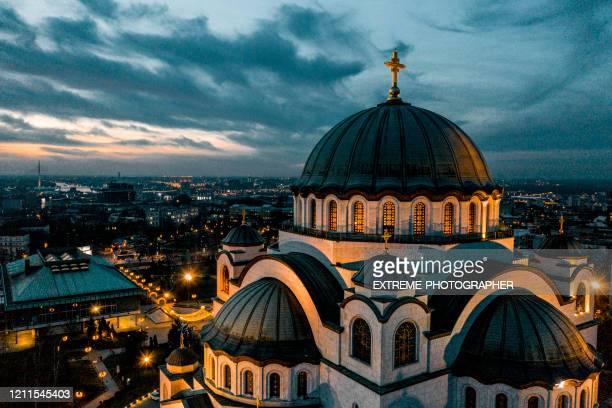 ein foto des st. sava tempels in belgrad, serbien, aufgenommen von einer drohne am frühen morgen - serbien stock-fotos und bilder