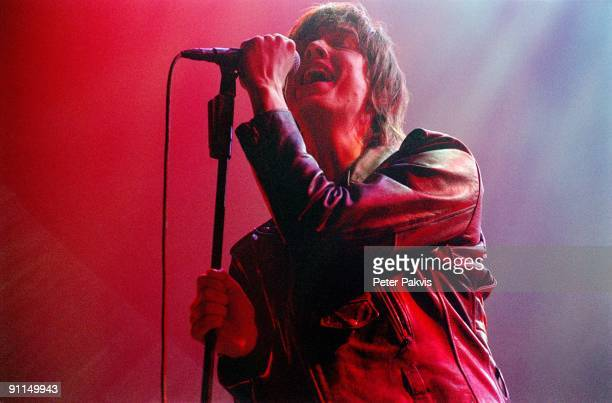 Photo of STROKES The Strokes Heineken Music Hall A'dam Ned 11juli 2006 Pop rock zanger Julian Casablanca gekleed in een lederen jacket houdt tijdens...