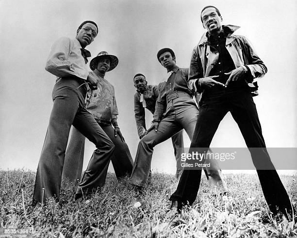 Photo of TEMPTATIONS and Dennis EDWARDS and Eddie KENDRICKS and Melvin FRANKLIN and Otis WILLIAMS and Paul WILLIAMS; Posed group portrait L-R Paul...