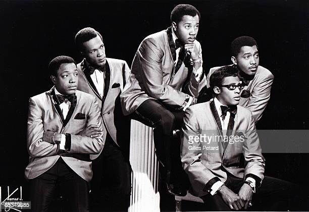 Photo of TEMPTATIONS and Paul WILLIAMS and Eddie KENDRICKS and Melvin FRANKLIN and David RUFFIN and Otis WILLIAMS Posed studio group portrait LR Paul...