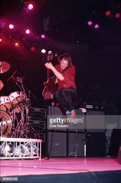 UNITED STATES SEPTEMBER 16 MADISON SQUARE GARDEN Photo of The Who and Pete TOWNSHEND Pete Townshend performing live onstage jumping