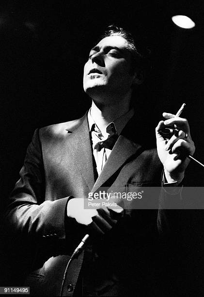 Photo of TINDERSTICKS Tindersticks Nederland Melkweg A'dam 14 mei 1995 Pop indie zanger Stuart Stapleton staat met de sigaret losjes in de hand in...
