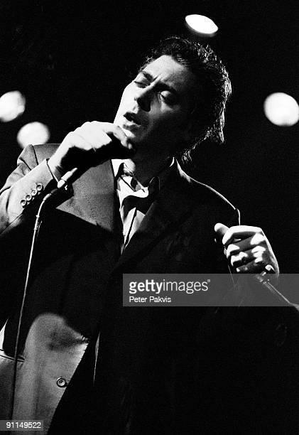Photo of TINDERSTICKS Tindersticks Nederland Melkweg A'dam 14 mei 1995 Pop indie zanger Stuart Stapleton gestoken in een driedeling costuum zingt met...