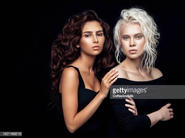 photo de deux belles filles - jolie brune femmes yeux bleus photos et images de collection