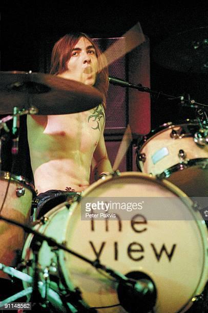 FESTIVAL Photo of VIEW The Vieuw Lowlands Biddinghuizen Nederland 18 augustus 2007 Pop indie de drummer met een grote tattoe op zijn borst geeft met...