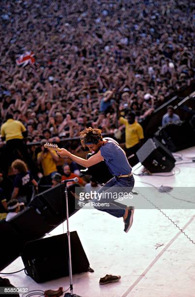 UNITED STATES SEPTEMBER 25 JFK STADIUM Photo of WHO and Pete TOWNSHEND Pete Townshend performing live onstage jumping