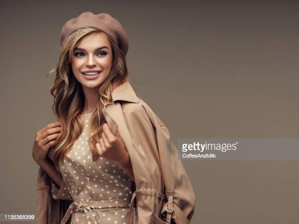foto da mulher de sorriso bonita nova que desgasta à moda - cultura francesa - fotografias e filmes do acervo