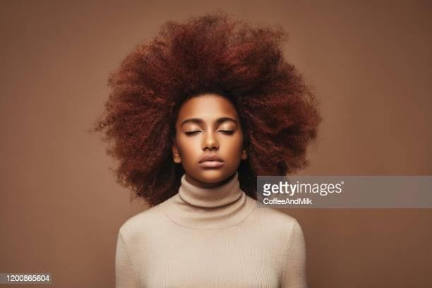 若いカーリーガールの写真 - brown hair ストックフォトと画像
