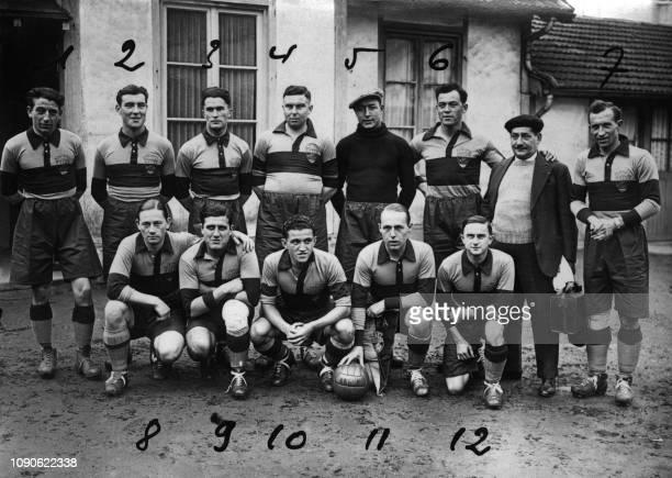 Photo officielle de l'équipe de football de l'Olympique de Paris prise dans les années 1930 à Paris Avec au n·2 Schuster au n·3 Guozou au n·6 Violo...
