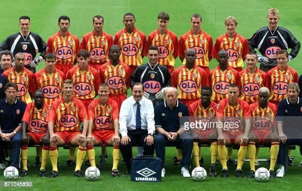 Photo officielle de l'équipe defootball de Lens de 1ère Division pour la saison 98/99 Troisième rang Cristophe Marichez Eric Sikora Cyrille Magnier...