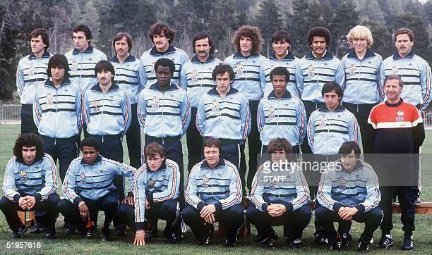 Photo prise a FontRomeu en juin 1982 des 22 joueurs de l'Tquipe de France de football sTlectionnTs par leur entraeneur Michel Hidalgo pour participer...