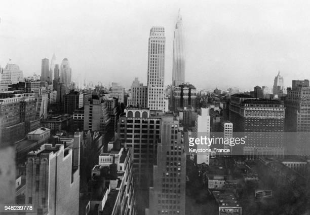Photo prise de l'Hôtel New Yorker sur la 8e avenue sur une perspective de gratteciel au fond l'Empire State Building le plus haut bâtiment du monde à...