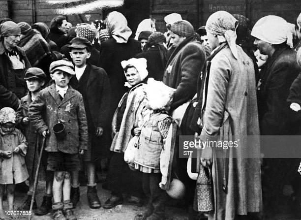 Photo prise durant la seconde guerre mondiale de femmes et d'enfants juifs à leur arrivée par train au camp d'extermination d'AuschwitzPicture taken...