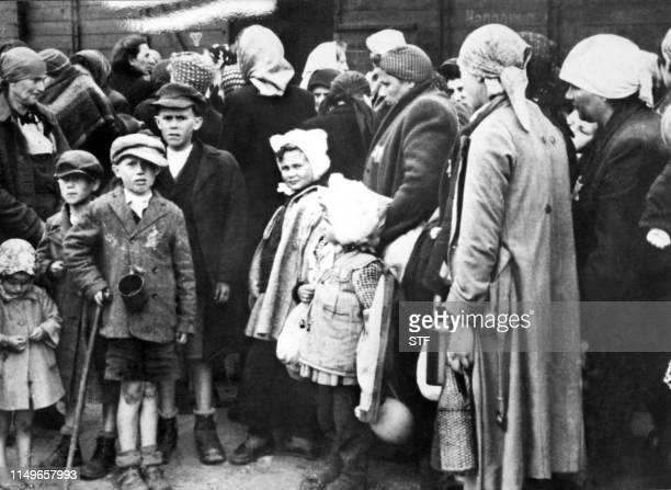 Photo prise durant la seconde guerre mondiale de femmes et d'enfants juifs à leur arrivée par train au camp d'extermination d'Auschwitz. Picture...