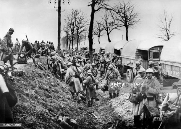Photo prise en 1916 des soldats français débarquant de camions près de Verdun durant la Première Guerre Mondiale Commencée en février 1916 la...